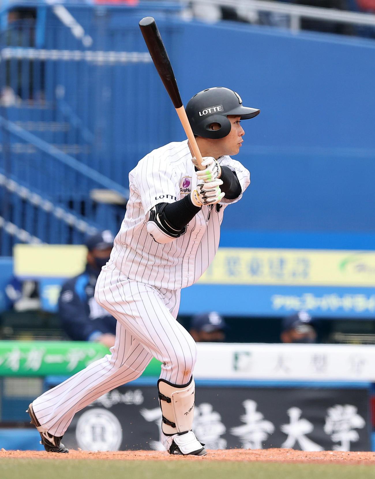 ロッテ対西武 9回裏ロッテ2死一、二塁、適時二塁打を放つ平沢(撮影・垰建太)