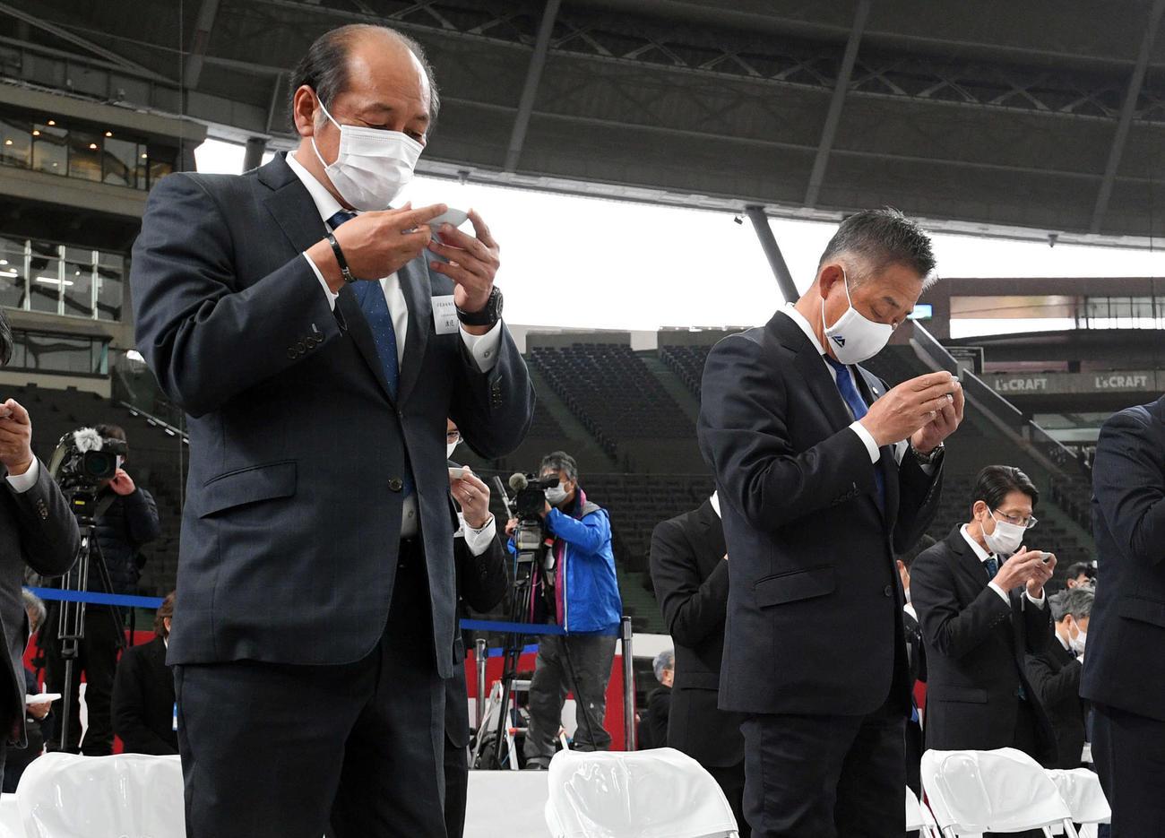 メットライフドームの改修計画の竣工式に参列した西武渡辺GM(左)と辻監督(撮影・滝沢徹郎)