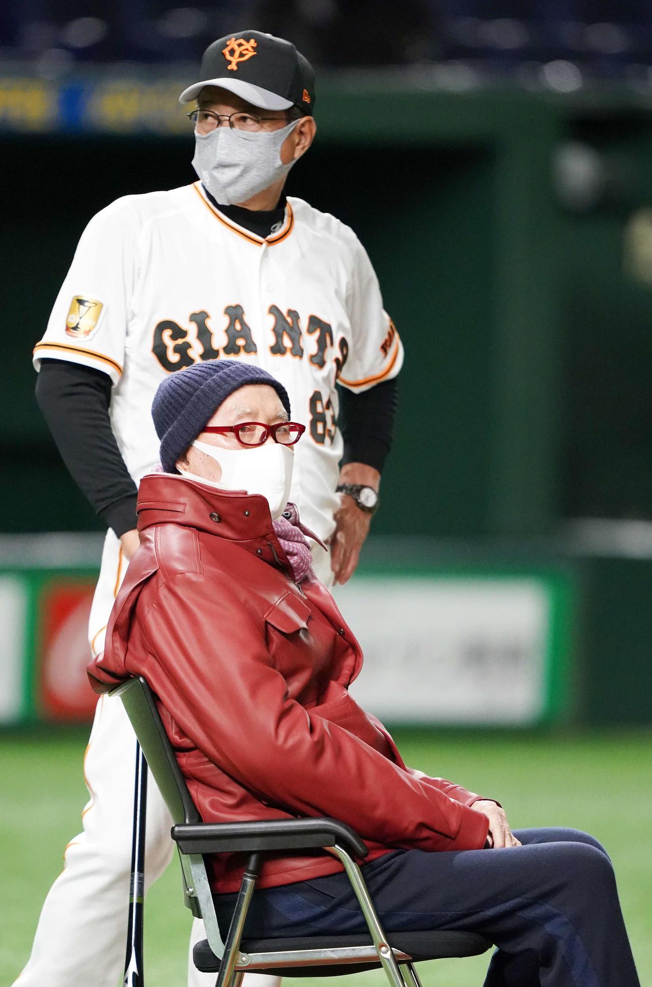 巨人練習を視察した長嶋終身名誉監督(手前)。後方は原監督(2021年3月2日撮影)
