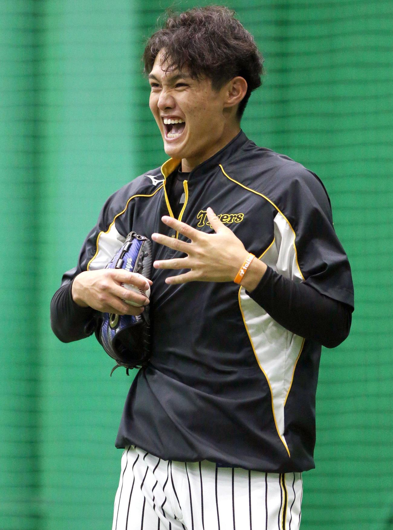 キャッチボールで明るい表情を見せる西純(撮影・上山淳一)