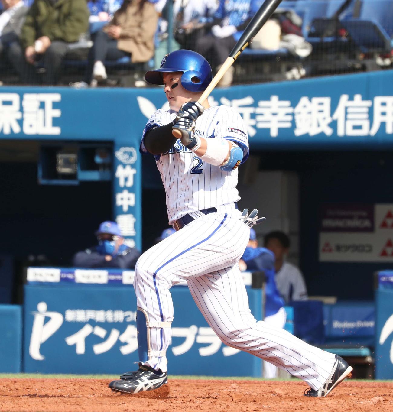 DeNA対日本ハム 2回裏DeNA1死二、三塁、左越え2点適時二塁打を放つ牧(撮影・黒川智章)