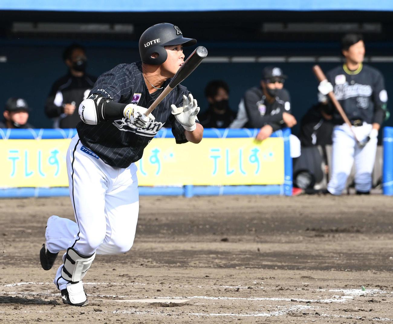 楽天対ロッテ 8回表ロッテ無死、平沢は右越えソロ本塁打を放つ(撮影・山崎安昭)
