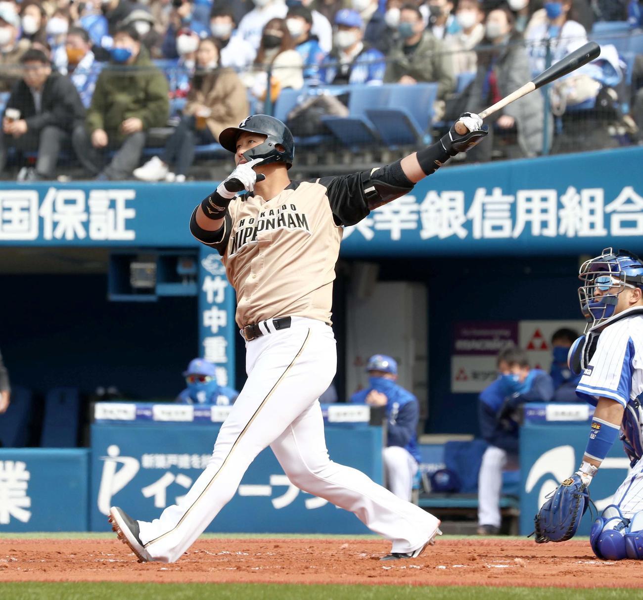 DeNA対日本ハム 1回表日本ハム1死一、二塁、左越え3点本塁打を放つ中田(撮影・黒川智章)