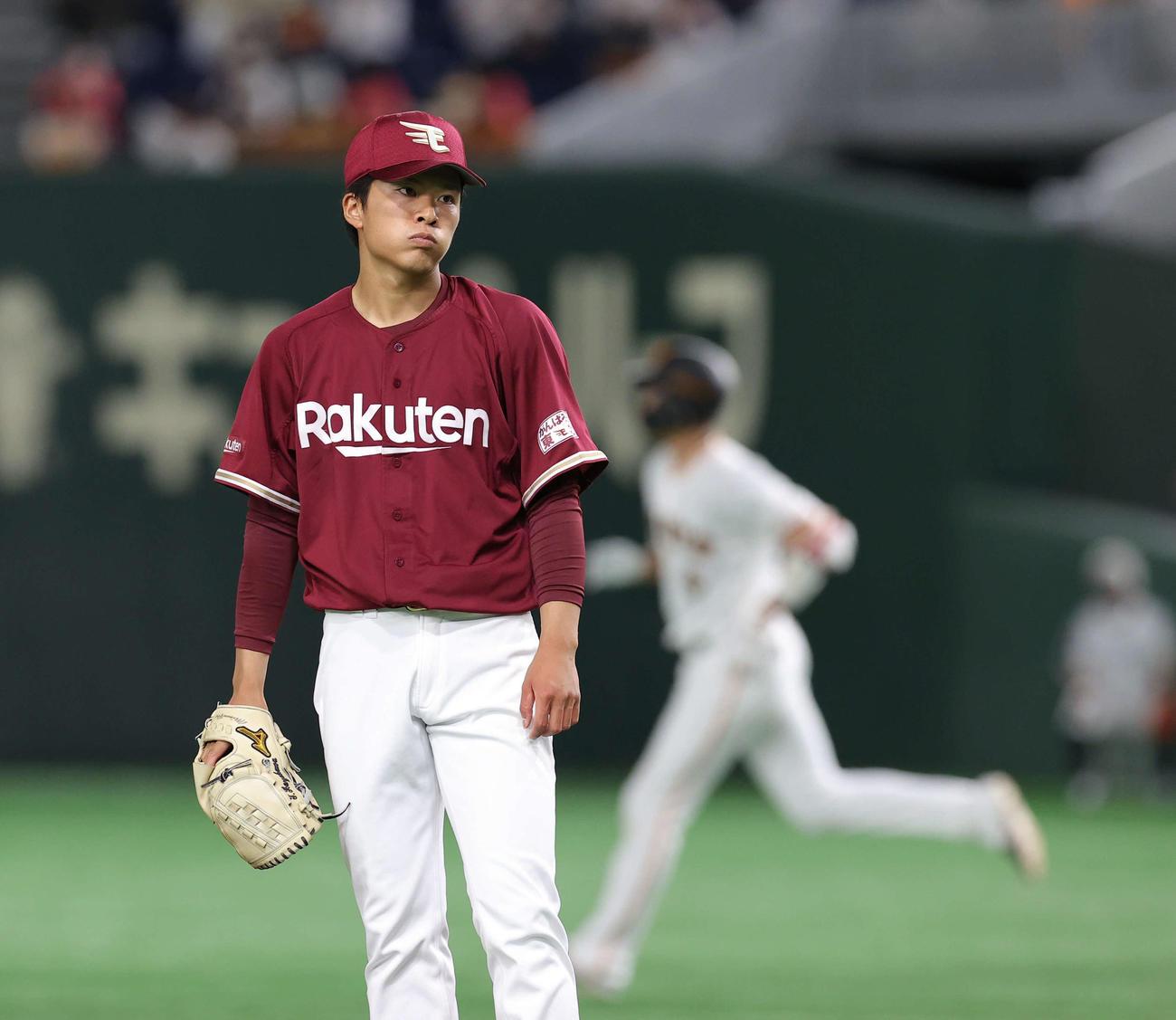 巨人対楽天 5回裏巨人無死、坂本に中越え本塁打を浴びる早川(撮影・井上学)