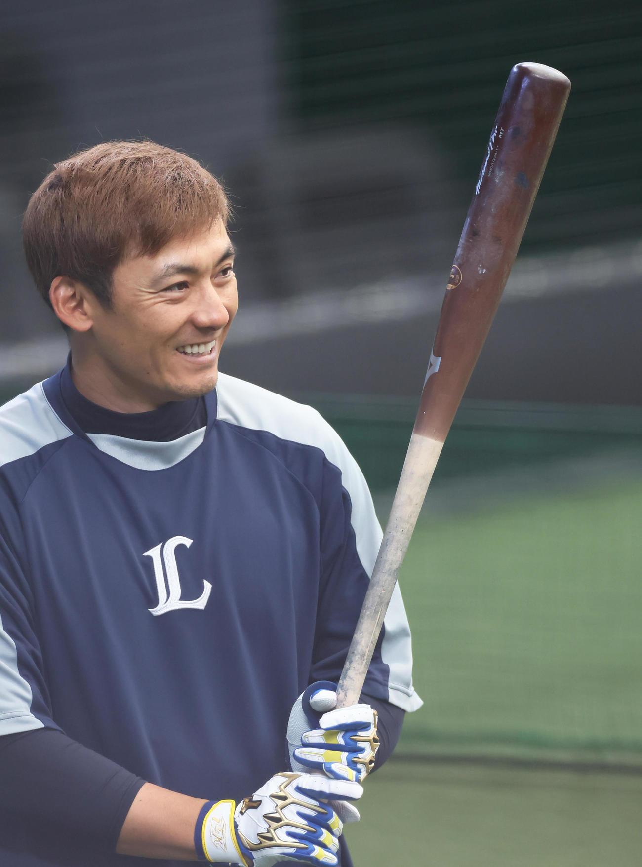 練習中、笑顔を見せる西武栗山(2021年3月23日)