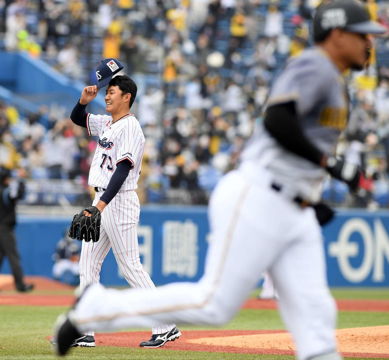 ヤクルト対阪神 3回表阪神2死、マルテにソロ本塁打を許し苦笑いを浮かべる奥川(撮影・ たえ 見朱実)