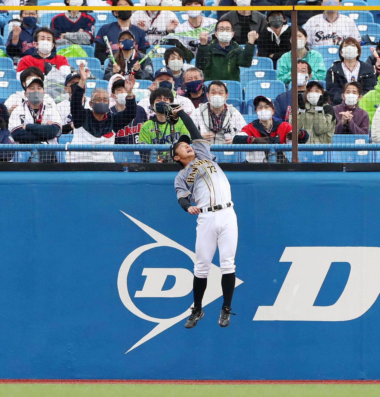 ヤクルト対阪神 8回裏ヤクルト1死一塁、熊谷は青木の飛球をジャンプして好捕(撮影・加藤哉)