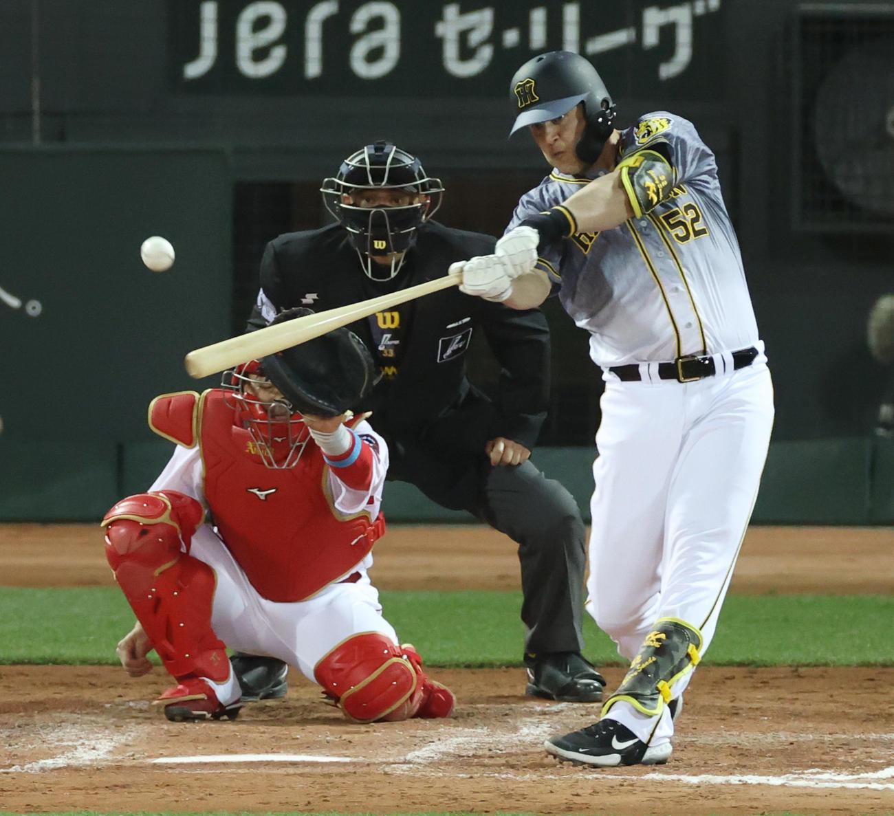 広島対阪神 9回表阪神1死、サンズは右前打も二塁を狙ってアウトとなる(撮影・清水貴仁)