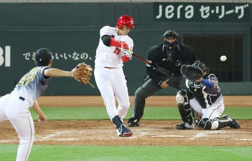 広島対阪神 4回裏広島2死二塁、左翼線へ同点適時二塁打を放つ床田(撮影・清水貴仁)