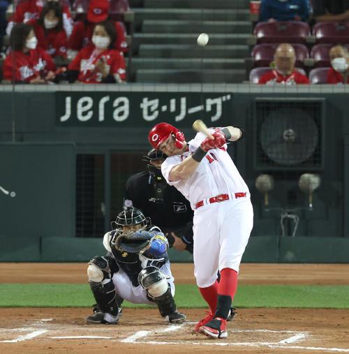 広島対阪神 6回裏広島1死、左越え来日1号本塁打を放つクロン(撮影・清水貴仁)