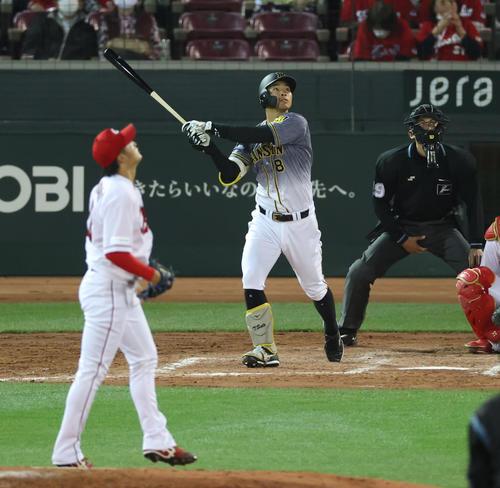 広島対阪神 4回表阪神1死一、三塁、左へ大ファウルを放つ佐藤輝明(撮影・清水貴仁)