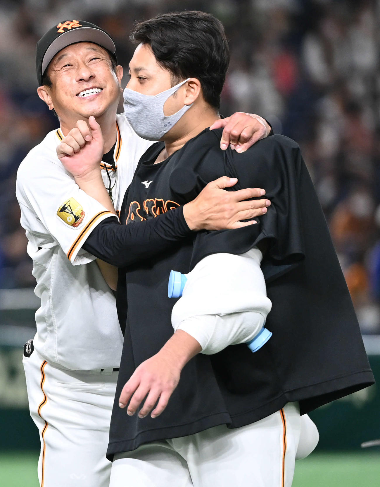 巨人対ヤクルト 今季初勝利の巨人今村(右)は宮本投手チーフコーチに抱きつかれる(撮影・山崎安昭)