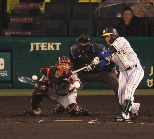 阪神対巨人 2回裏阪神無死二、三塁、右前に先制打を放つ梅野(撮影・清水貴仁)