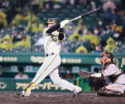 阪神対巨人 3回裏阪神無死一、二塁、サンズは左適時二塁打を放つ(撮影・浅見桂子)