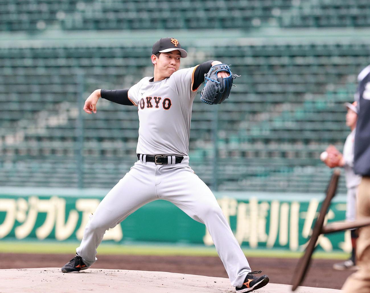 阪神対巨人 試合前練習でマウンドを確認する巨人の畠(撮影・浅見桂子)