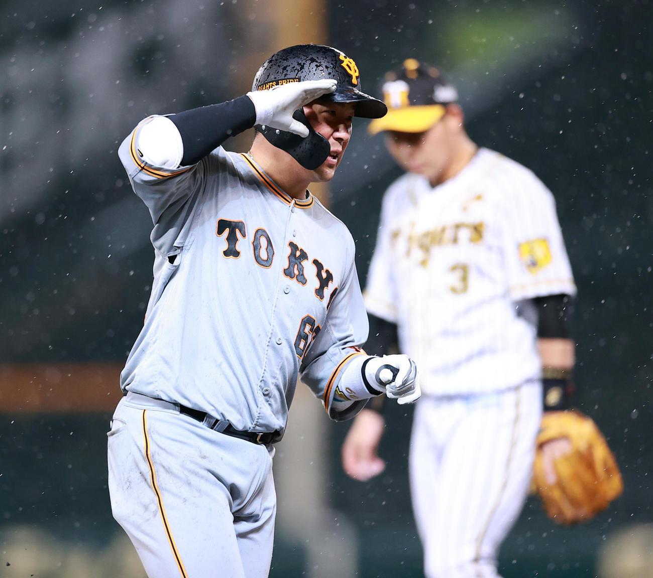 阪神対巨人 5回表巨人無死一塁、香月は2点本塁打を放ち、敬礼のポーズで三塁を回る(撮影・浅見桂子)