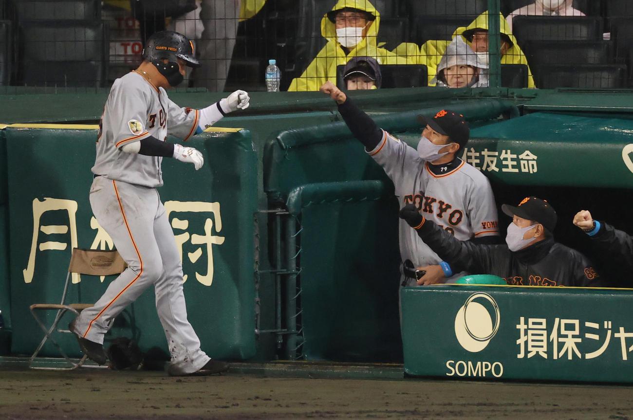 阪神対巨人 5回表巨人無死一塁、中越え2点本塁打を放つ香月(撮影・清水貴仁)