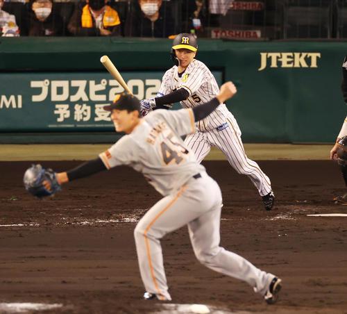 阪神対巨人 4回裏阪神2死二、三塁、二塁への適時内野安打を放つ近本(撮影・清水貴仁)