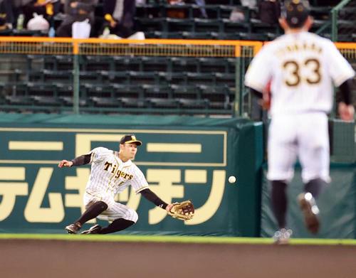 阪神対巨人 8回表巨人2死三塁、大城の打球を好捕する佐藤輝(撮影・浅見桂子)