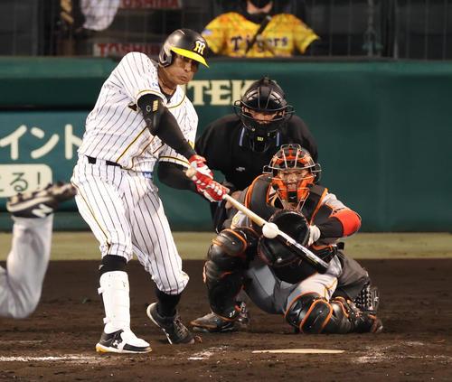 阪神対巨人 8回裏阪神無死一塁、左前打を放つ糸井(撮影・清水貴仁)
