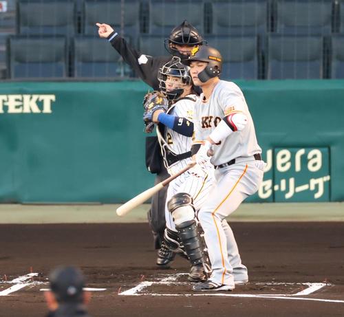 阪神対巨人 1回表巨人1死一塁、打者坂本の時に走った梶谷をアウトにする捕手梅野(撮影・清水貴仁)