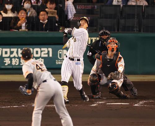 阪神対巨人 2回裏阪神無死一塁、左飛に倒れる佐藤輝(撮影・清水貴仁)