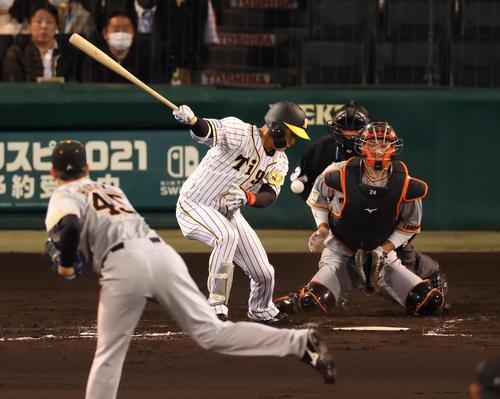 阪神対巨人 2回裏阪神2死一塁、木浪は空振り三振も捕手大城卓三が捕れず、振り逃げで出塁する(撮影・清水貴仁)