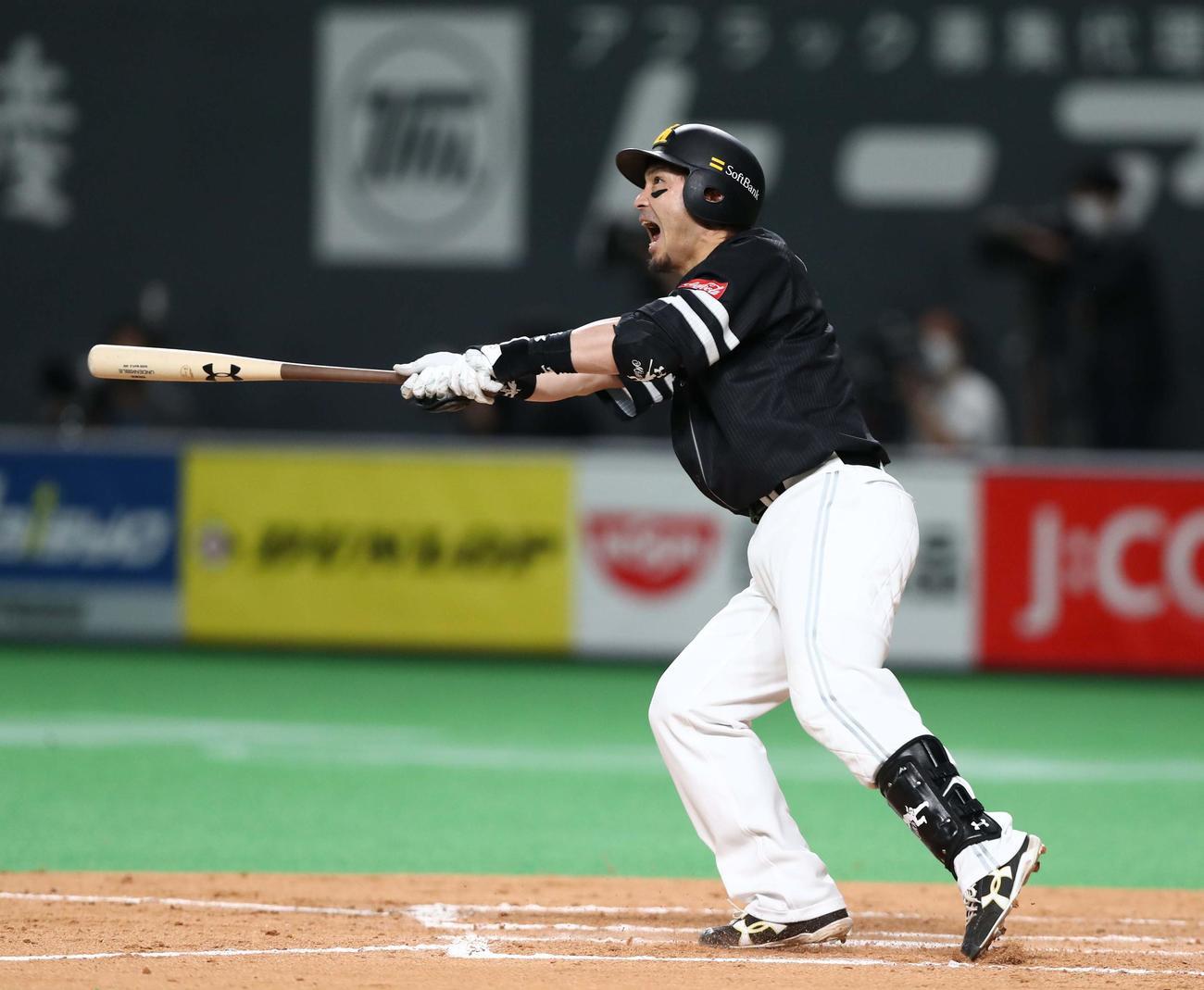 日本ハム対ソフトバンク 7回表ソフトバンク1死一、二塁、左越え適時二塁打を放つ松田(撮影・黒川智章)