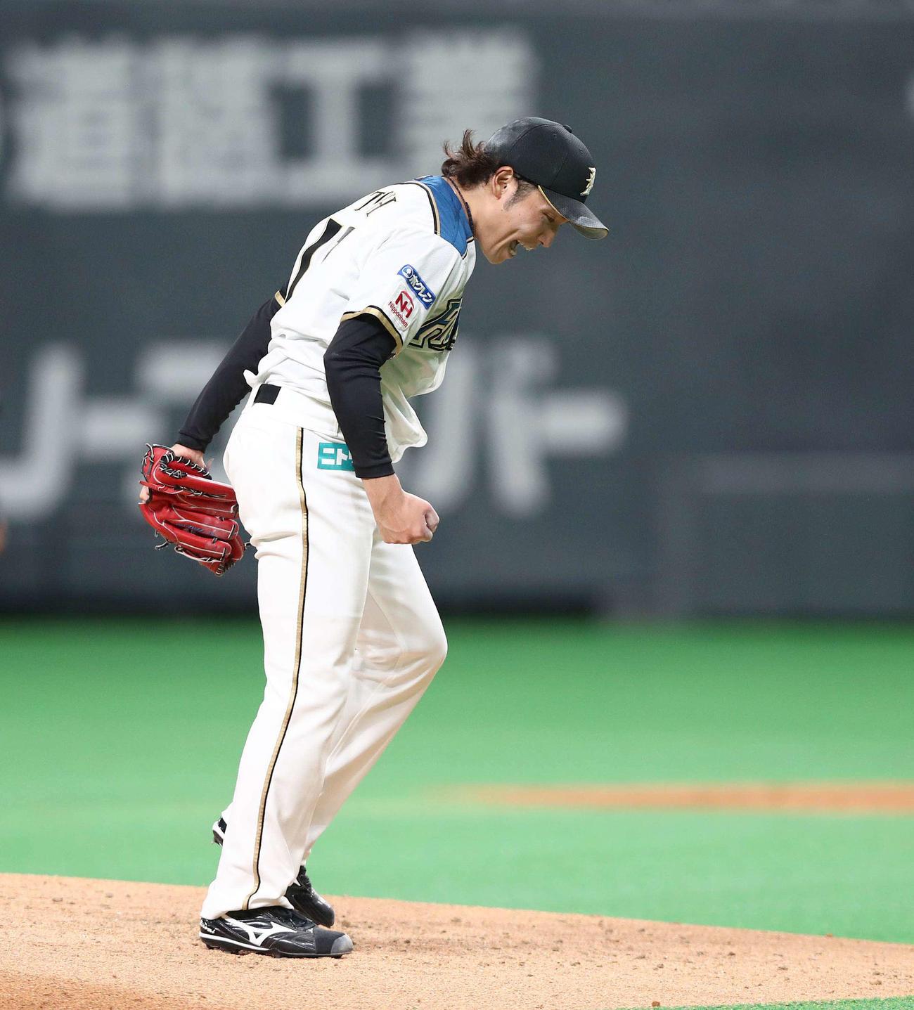 日本ハム対ソフトバンク 5回表ソフトバンク2死一、三塁、甲斐を三振にとり叫ぶ伊藤(撮影・黒川智章)