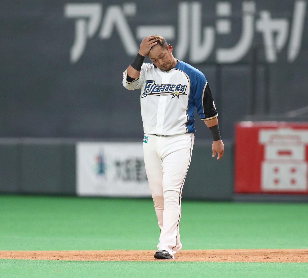 日本ハム対ソフトバンク 3回裏日本ハム2死満塁、二飛に終わり肩を落とす中田(撮影・黒川智章)
