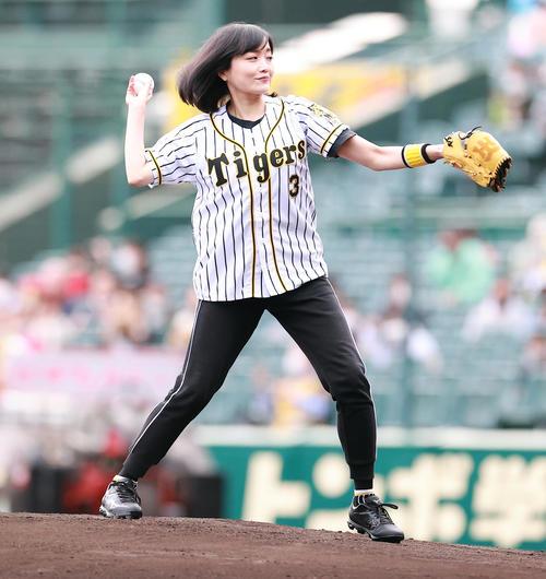 阪神対巨人 試合前のファーストピッチセレモニーで投げる佐藤江梨子(撮影・浅見桂子)