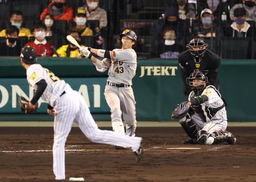 右越え本塁打を放つ重信(撮影・清水貴仁)