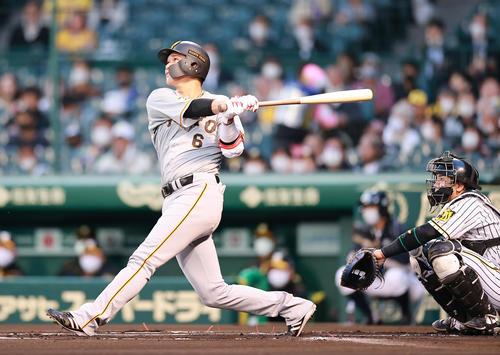 阪神対巨人 1回表巨人1死、坂本は中越えソロ本塁打を放つ(撮影・浅見桂子)