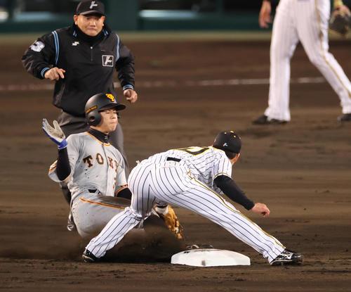 阪神対巨人 3回表巨人2死一塁、打者梶谷の時に二盗を成功させる松原(撮影・清水貴仁)