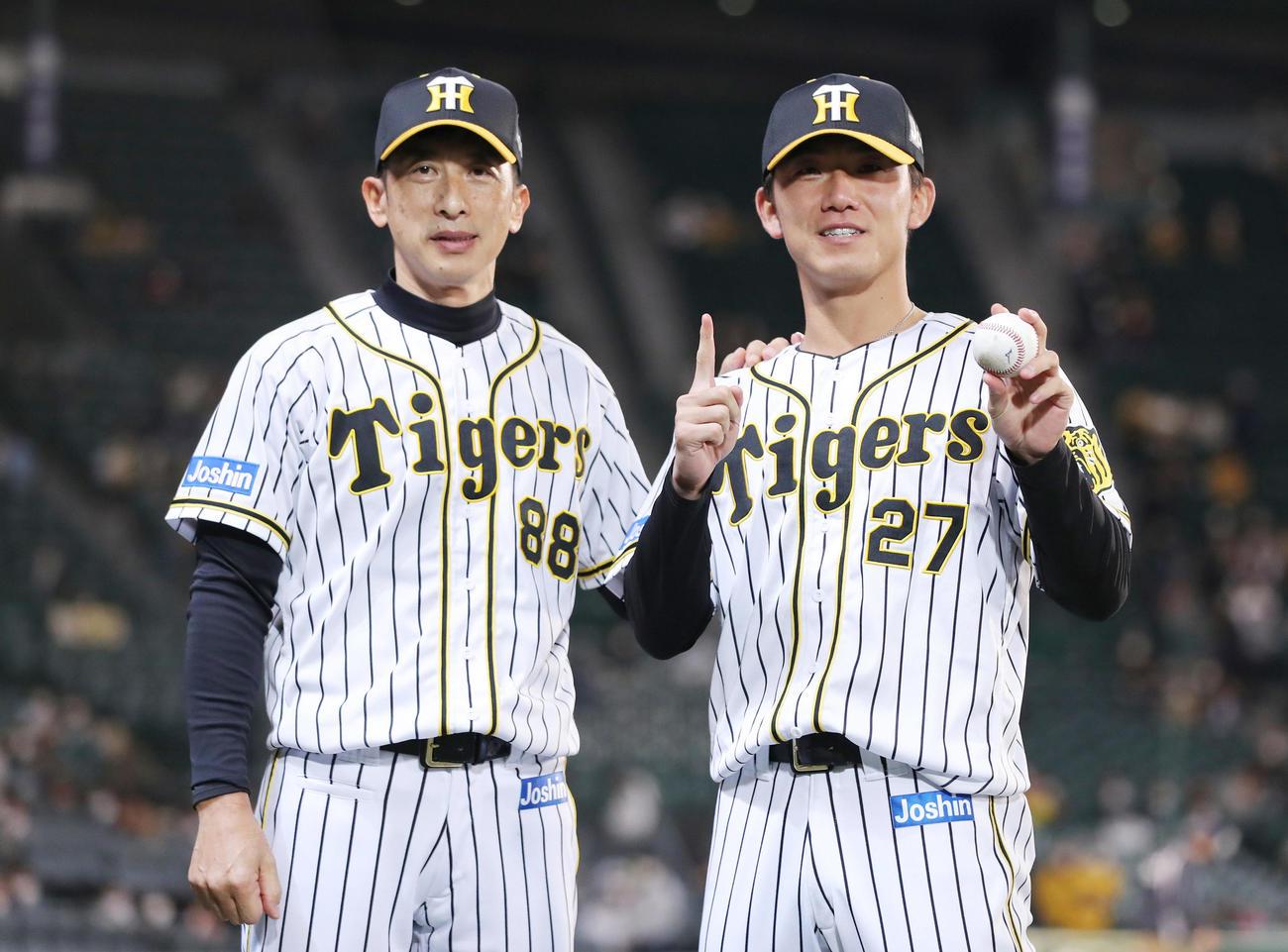 阪神対巨人 プロ初勝利を挙げた伊藤将(右)。左は祝福する矢野監督(撮影・前田充)