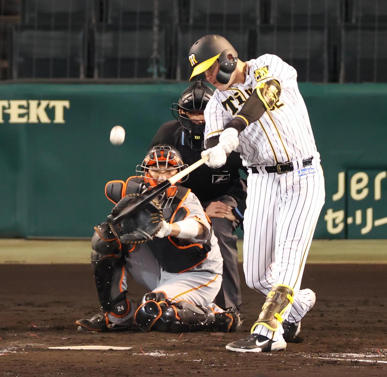 5回裏阪神無死一塁、中越え2点本塁打を放つサンズ(撮影・清水貴仁)