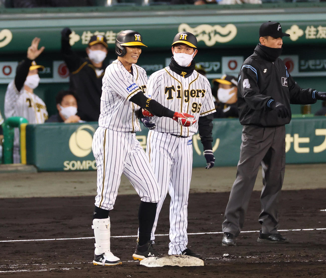 阪神対巨人 8回裏阪神無死一塁、左前打を放った糸井(撮影・清水貴仁)
