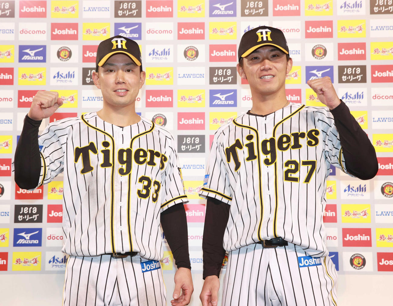 ヒーローインタビューでポーズを決める糸原(左)と伊藤将(代表撮影)