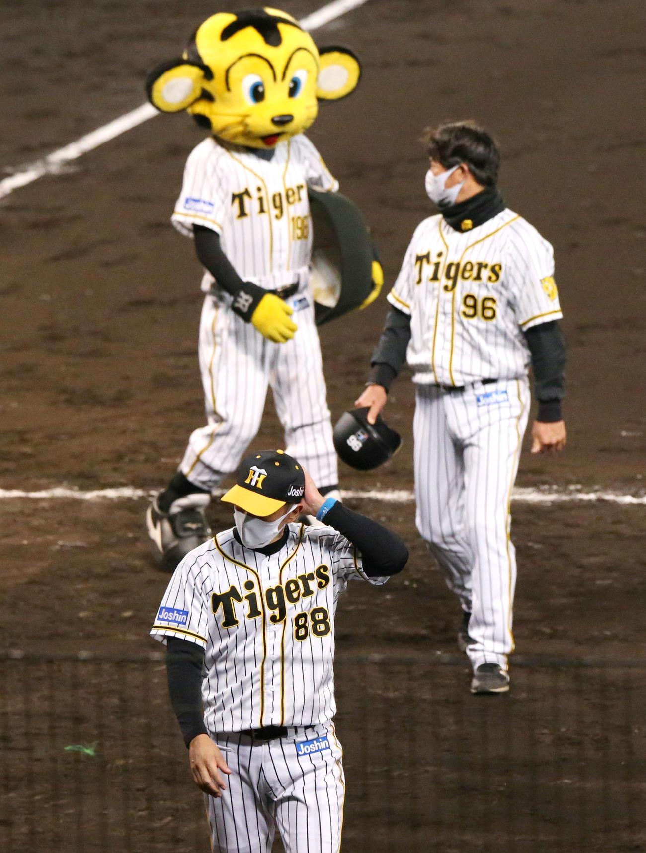 阪神対巨人 巨人に敗れた矢野監督はスタンドにあいさつし引き揚げる(撮影・上山淳一)