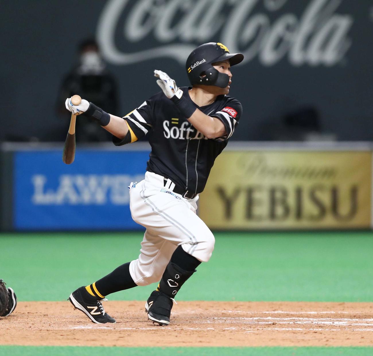 日本ハム対ソフトバンク 8回表ソフトバンク1死二、三塁、右前に2点適時打を放つ中村晃(撮影・黒川智章)
