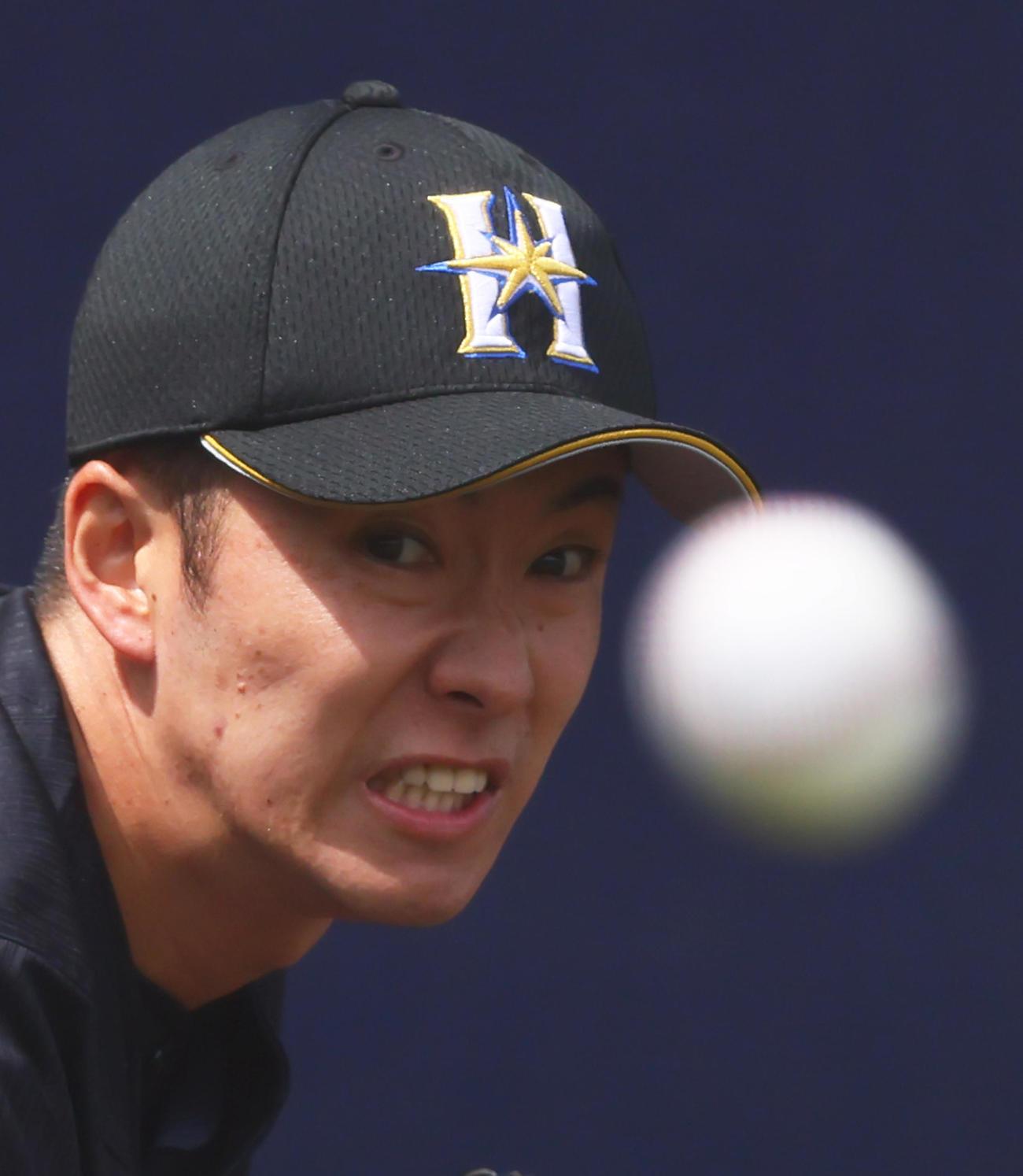 ブルペンで投球練習をする日本ハム斎藤(撮影・足立雅史)