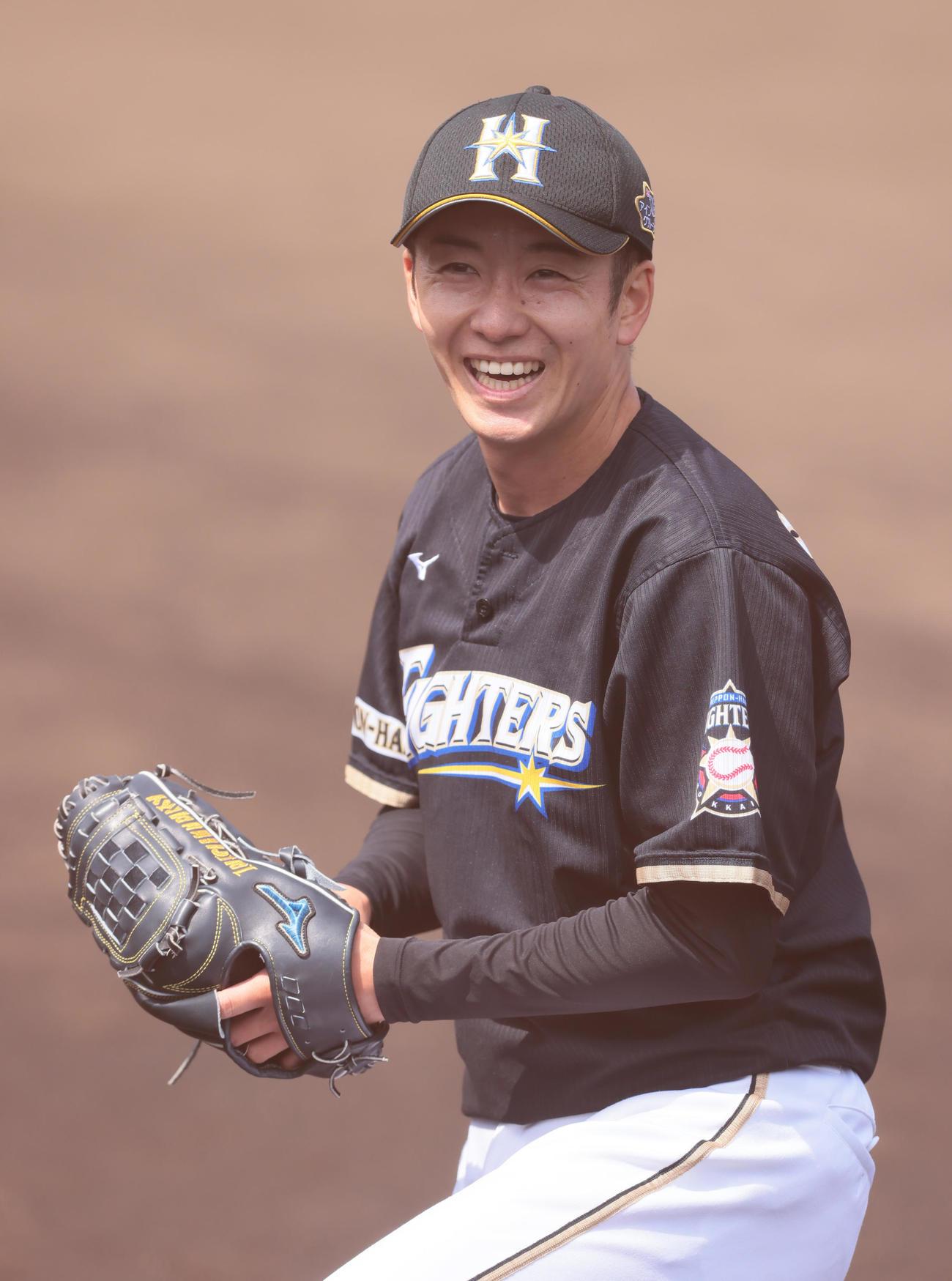 打撃投手を終え笑顔の日本ハム斎藤(撮影・足立雅史)