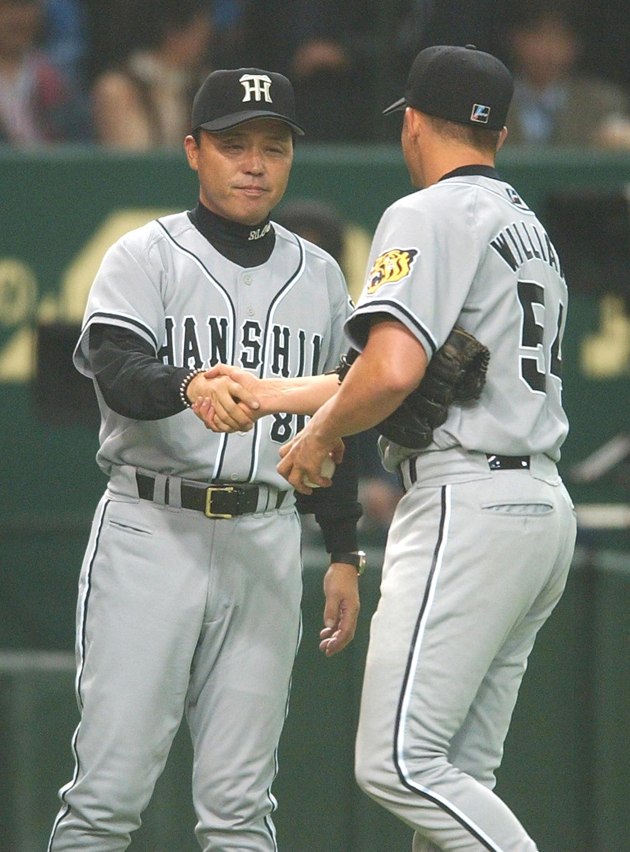 ジェフ・ウィリアムスと握手する岡田彰布監督(04月4月2日撮影)