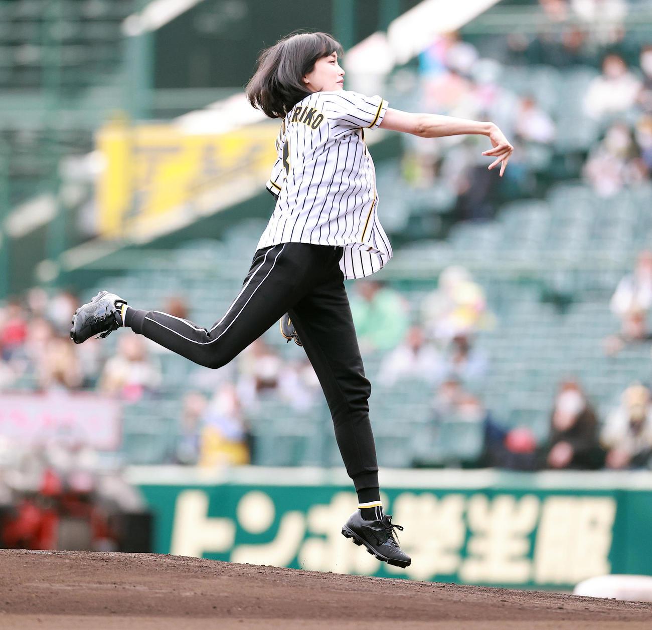 試合前のファーストピッチセレモニーで投げる佐藤江梨子(撮影・浅見桂子)