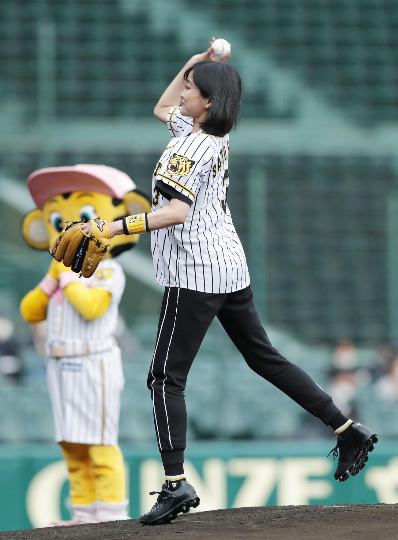 ファーストピッチセレモニーで投球する佐藤江梨子(撮影・前田充)