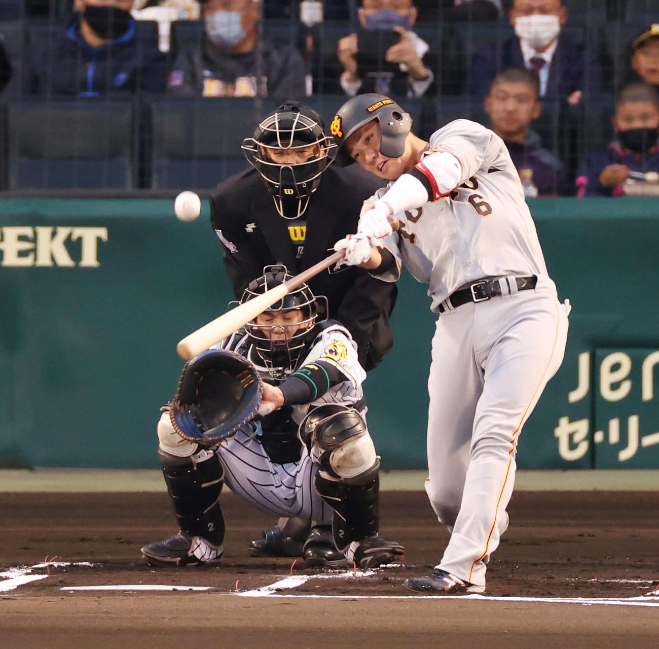阪神対巨人 1回表巨人1死、先制の中越え本塁打を放つ坂本(撮影・清水貴仁)