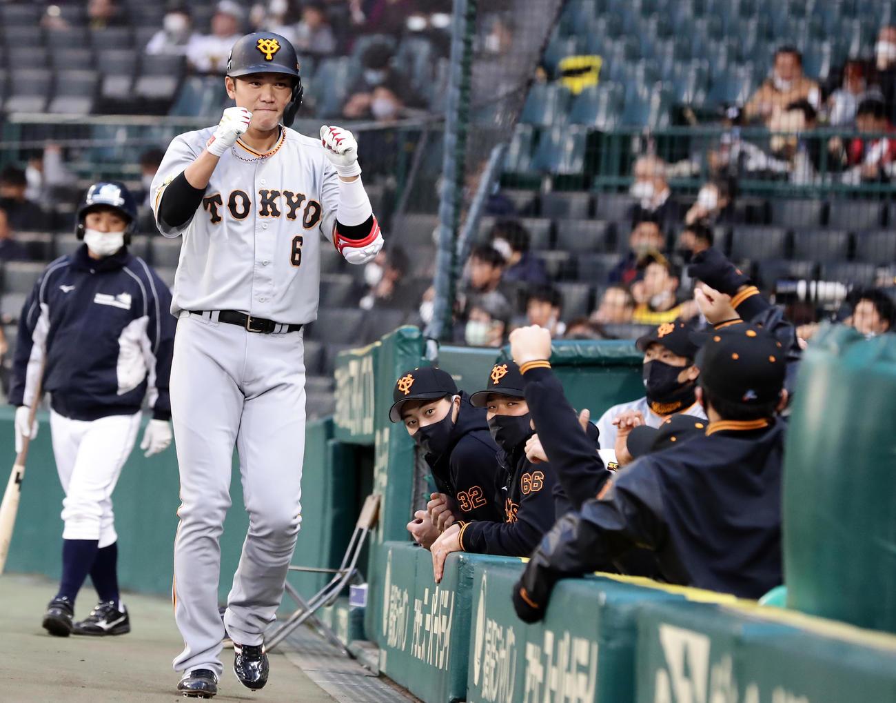 阪神対巨人 1回表巨人1死、坂本は先制の中越えソロ本塁打を放ち、ナインとエアグータッチ(撮影・浅見桂子)