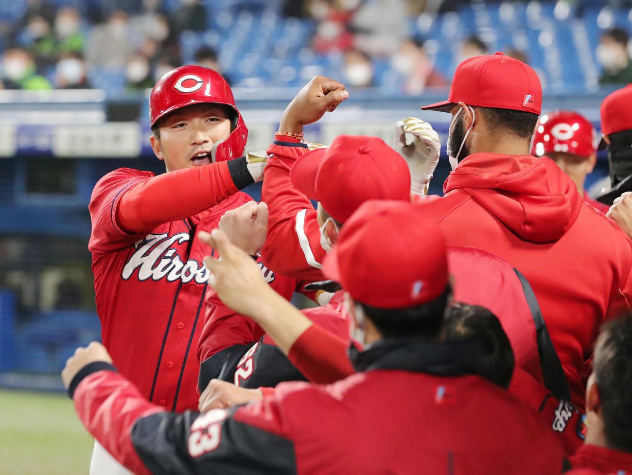 ヤクルト対広島 9回表広島1死一塁、2点本塁打を放ちナインの出迎えを受ける鈴木誠(撮影・垰建太)