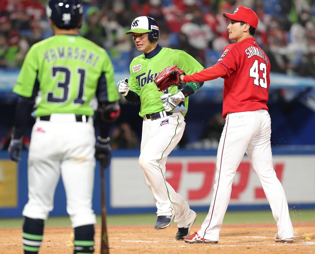 ヤクルト対広島 5回裏ヤクルト1死一、二塁、会沢のパスボールで三塁を回り生還する西浦(中央)。打者山崎、投手島内(撮影・河田真司)