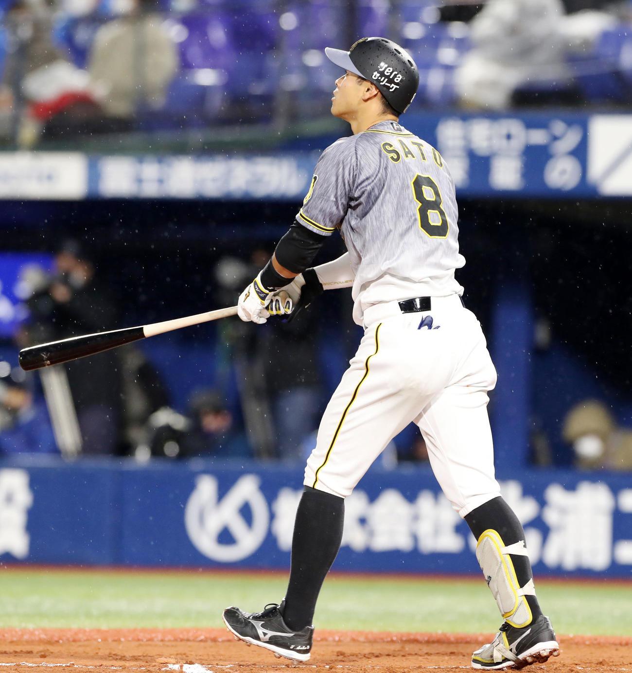 DeNA対阪神 6回表阪神無死、佐藤輝は右中間越え本塁打を放つ(撮影・加藤哉)